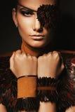 Porträt der Frau mit Augenklappe und Armbändern Lizenzfreie Stockfotos