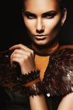 Porträt der Frau mit braunem Zubehör Lizenzfreie Stockfotos