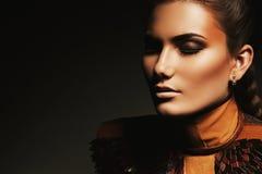 Porträt der Frau mit braunem Zusatz Lizenzfreies Stockfoto