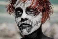 Porträt der Frau mit dem roten Haar und bilden Halloween-Art Lizenzfreie Stockfotografie