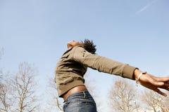 Porträt der Frau mit den Armen ausgestreckt. Stockfoto