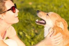 Porträt der Frau mit einem Hund Stockbild