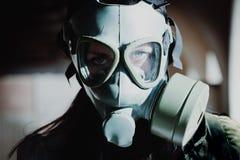 Porträt der Frau mit Gasmaske stockfotos