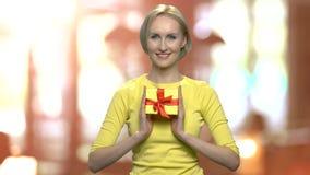 Porträt der Frau mit Geschenkbox in den Händen stock video footage