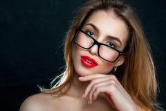 Porträt der Frau mit Gläsern und den roten Lippen Lizenzfreie Stockfotografie