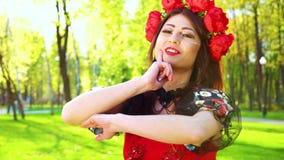 Porträt der Frau mit hellem Make-up und Blume Circlet führt Volkstanz durch stock video footage