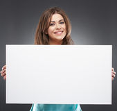 Porträt der Frau mit leerem weißem Brett Stockbild