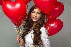 Porträt der Frau mit rotem Ballon Lizenzfreies Stockbild