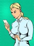 Porträt der Frau mit Telefon in der Pop-Arten-Art Stockfotografie