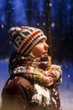 Porträt der Frau oben betrachtend in der Strickmütze Abendwinterwald Lizenzfreies Stockfoto