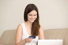 Porträt der Frau online kaufend mit Kreditkarte Stockbild