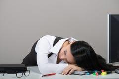 Porträt der Frau schlafend auf ihrem Arbeitsplatz lizenzfreie stockfotos
