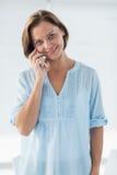 Porträt der Frau sprechend am Handy Stockbild
