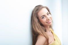 Porträt der Frau stehend auf blauem Hintergrund Lizenzfreies Stockfoto