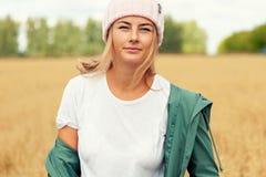 Porträt der frohen Frau lizenzfreie stockfotografie