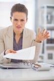 Porträt der frustrierten Geschäftsfrau bei der Arbeit Stockbilder