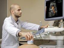 Porträt der funktionierenden Ultraschallmaschine des jungen männlichen Technikers lizenzfreie stockbilder