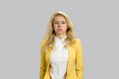 Porträt der gebohrten durchdachten jungen Frau lizenzfreie stockfotografie