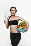 Porträt der geeigneten Frau der Junge, die Gemüse isst Stockbild