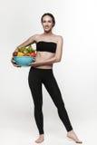 Porträt der geeigneten Frau der Junge, die Gemüse isst Lizenzfreies Stockbild