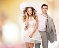 Porträt der gehenden jungen Paare stockfotos