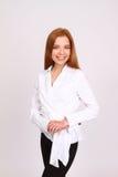 Porträt der Geschäftsfrau auf einem grauen Hintergrund lizenzfreies stockfoto