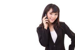 Porträt der Geschäftsfrau, die über Smartphone, weiß verwendet oder spricht Lizenzfreie Stockbilder
