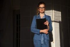 Porträt der Geschäftsfrau in der Geschäftskleidung im Büro stockbild