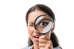 Porträt der Geschäftsfrau gründliche Lupe der Kamera betrachtend lizenzfreie stockbilder