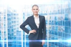 Porträt der Geschäftsfrau mit der Hand auf Hüfte stockbild