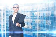 Porträt der Geschäftsfrau mit Dokumenten stockbild