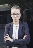 Porträt der Geschäftsfrau oder des Lehrers, die Kamera betrachten Stockfotos