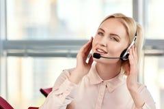 Porträt der Geschäftsfrau sprechend auf dem Kopfhörer stockbild
