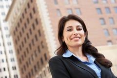 Porträt der Geschäftsfrau Standing In Street Stockfotos