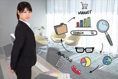 Porträt der Geschäftsfrau verschiedene Ikonen im Büro bereitstehend Lizenzfreie Stockfotos
