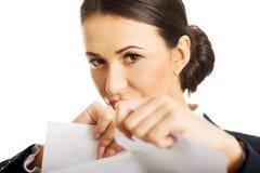 Porträt der Geschäftsfrau zerreißen ihre Papieranmerkungen Stockbild