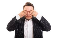 Porträt der Geschäftsmannbedeckung mustert wie blindes Konzept Lizenzfreies Stockbild