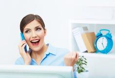 Porträt der glücklichen überraschten Geschäftsfrau am Telefon im Weiß von Lizenzfreie Stockbilder