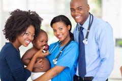 Kinderarztmutterbaby lizenzfreie stockbilder