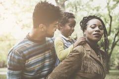 Porträt der glücklichen Afroamerikanerfamilie im Park lizenzfreies stockbild