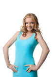 Lächelnde junge Frau im blauen Kleid Stockfoto