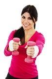 Glückliche Eignungsfrau, die mit freien Gewichten ausarbeitet Lizenzfreie Stockfotos