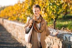 Porträt der glücklichen eleganten Brunettefrau im Herbstpark lizenzfreie stockfotos