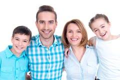 Porträt der glücklichen europäischen Familie mit Kindern lizenzfreies stockfoto