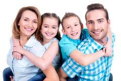 Porträt der glücklichen europäischen Familie mit Kindern lizenzfreie stockbilder