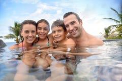 Porträt der glücklichen Familie an den Sommerferien in den Tropen stockfotografie