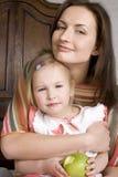 Porträt der glücklichen Familie, der Mutter und der Tochter im Bettlesebuch Stockfotos