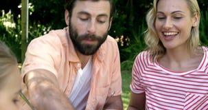 Porträt der glücklichen Familie isst im Garten stock footage