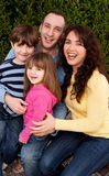 Porträt der glücklichen Familie lächelnd und lachend Lizenzfreies Stockfoto