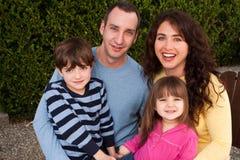 Porträt der glücklichen Familie lächelnd und lachend Stockfotografie